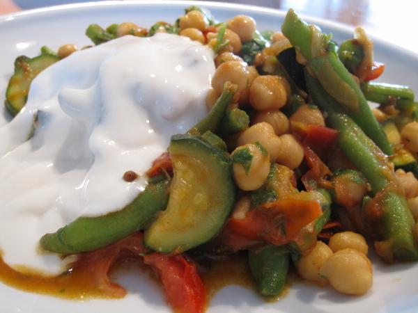 Lun kikærtesalat med squash og grønne bønner