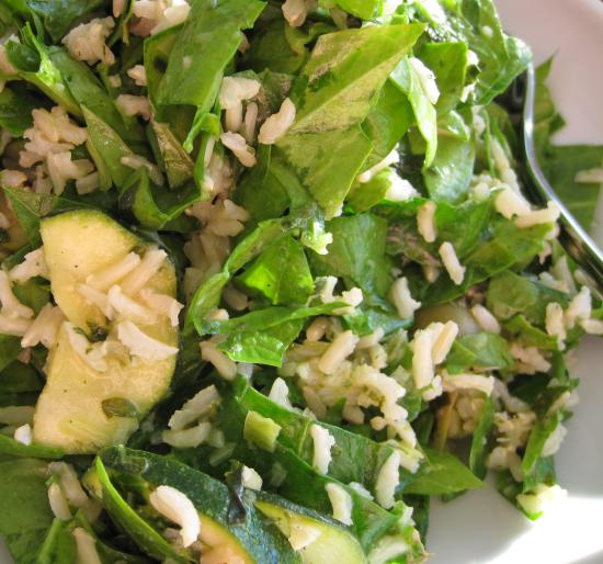 Lun spinatsalat med marinerede courgetter